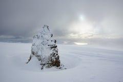 Gefrieren Sie bedeckten Steinhaufen am Gipfel von Ben Nevis in den starken Schneefällen stockfotos