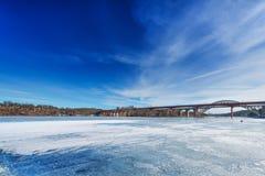 Gefrieren Sie bedecktes Wasser und die Brücke vorbei nach Stockholm Stockfoto