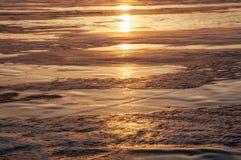 Gefrieren Sie Beschaffenheit vom gefrorenen Baikalsee im Winter in der Sonne bei Sonnenuntergang Lizenzfreie Stockfotografie
