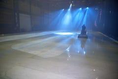 Gefrieren Sie Boden mit Stadiumslichtern und wischender Maschine des Eises Stockfotografie