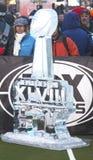 Gefrieren Sie das geschnitzte Logo des Super Bowl XLVIII, das auf Broadway an der Woche des Super Bowl XLVIII in Manhattan dargest Stockbilder