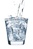 Gefrieren Sie das Spritzen im Cup Wasser Lizenzfreie Stockbilder