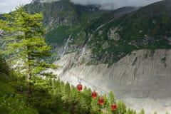 Gefrieren Sie die Drahtseilbahn Meer-Mer de Glaces, die zur Eishöhle in Chamonix - Frankreich nimmt Lizenzfreies Stockfoto