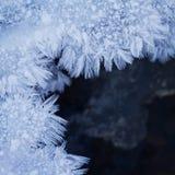Gefrieren Sie Formen des Frosts auf Fluss im Winter Lizenzfreie Stockfotografie