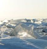 Gefrieren Sie Hügel auf dem Nordufer von Olkhon-Insel auf dem Baikalsee Transparente Blöcke des haarscharfen Eises kriechen an La Lizenzfreie Stockfotografie