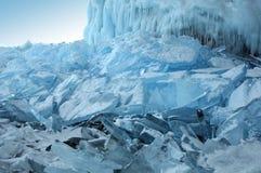 Gefrieren Sie Hügel auf dem Nordufer von Olkhon-Insel auf dem Baikalsee Transparente Blöcke des haarscharfen Eises kriechen an La Stockfoto