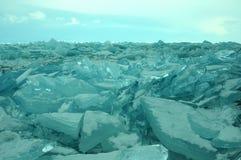 Gefrieren Sie Hügel auf dem Nordufer von Olkhon-Insel auf dem Baikalsee Transparente Blöcke des haarscharfen Eises kriechen an La Lizenzfreies Stockfoto