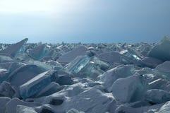 Gefrieren Sie Hügel auf dem Nordufer von Olkhon-Insel auf dem Baikalsee Transparente Blöcke des haarscharfen Eises kriechen an La Lizenzfreies Stockbild