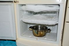 Gefrieren Sie im Kühlschrank, der Bedarf, der, der Kühlschrank entfrostet, eingefroren stockfoto