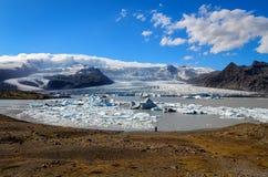 Gefrieren Sie Lagune- und Eisbergseetagesansicht, Island Stockfotos