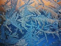 Gefrieren Sie Muster auf Winter Glas im Frost bei Sonnenuntergang Eis-Muster auf Glas werden im Makro geschossen Eis-Muster auf G Lizenzfreie Stockfotografie