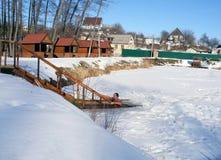 Gefrieren Sie Schwimmen im Wintereisloch nach einer Sauna Stockfotografie