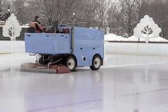 Gefrieren Sie, Vorbereitung an der Eisbahn zwischen Sitzungen in draußen glätten/polierte das Eis, das zum Match bereit ist stockfotografie