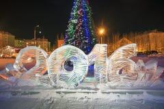 Gefrieren Sie 2016 Zahlen auf dem Weihnachtsbaum in der Nachtstadt Lizenzfreie Stockfotos