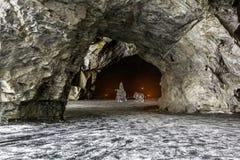 Gefrieren Sie Zahlen in einer Höhle im Gebirgspark von Ruskeala in Kareli Stockfotografie
