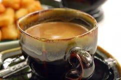 Gefrituurd doughstick met lokale koffie Stock Foto