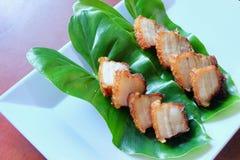 Gefrituurd gestreept varkensvlees met vissensaus Stock Afbeeldingen