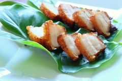 Gefrituurd gestreept varkensvlees met vissensaus Royalty-vrije Stock Foto's