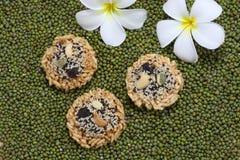 Gefrituurd rijstbovenste laagje met cashewnoot, sesam Royalty-vrije Stock Afbeeldingen
