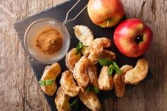 Gefrituurde appelen met kaneel en suikerclose-up horizontaal t Royalty-vrije Stock Foto's