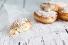 Gefrituurde doughnuts die met de room van de kokosnotenvla worden gevuld Stock Foto's