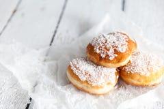 Gefrituurde doughnuts die met de room van de kokosnotenvla worden gevuld Stock Afbeeldingen