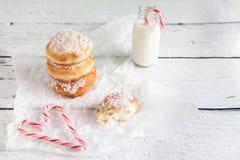 Gefrituurde doughnuts die met de room van de kokosnotenvla worden gevuld Royalty-vrije Stock Afbeelding
