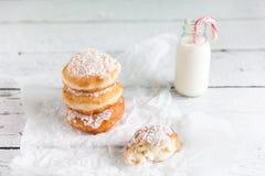 Gefrituurde doughnuts die met de room van de kokosnotenvla worden gevuld Royalty-vrije Stock Fotografie