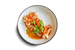 Gefrituurde garnalen met de bovenkant van de tamarindesaus met gefrituurde sjalot en koel Verfraaid met plak zoete rode Spaanse p stock afbeeldingen