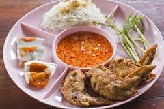 Gefrituurde kip met gezouten ei en rijstnoedel Stock Foto