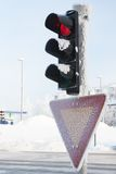 Gefrorene Ampel am Winter Rot zeigend Lizenzfreie Stockfotografie