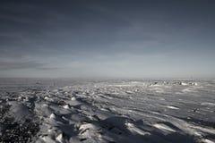 Gefrorene arktische Landschaft mit Schnee aus den Grund Stockfotos