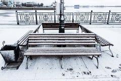 Gefrorene Bank bedeckte kiesigen rauen Reif an einem cloudly Wintertag Stockfotos