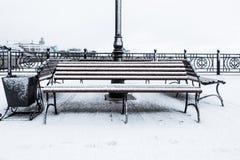 Gefrorene Bank bedeckte kiesigen rauen Reif an einem cloudly Wintertag Front View Stockfoto
