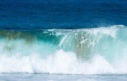 Gefrorene Bewegung der großen Welle auf Strand Stockbild
