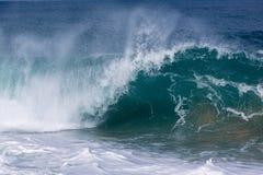 Gefrorene Bewegung der großen Welle auf Strand Lizenzfreie Stockfotos
