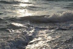 Gefrorene Bewegung des Wassers im Strahl der Sonne Stockfoto