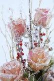 Gefrorene Blumen im Eisblock Stockfotos