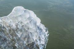 Gefrorene Felsen mit Eis im Wintersee Stockbild