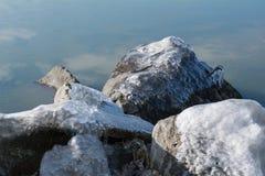 Gefrorene Felsen mit Eis im Wintersee Lizenzfreie Stockfotos