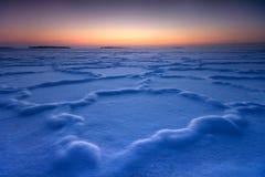 Gefrorene Formen im schneebedeckten Eis stockbild