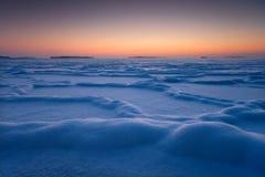 Gefrorene Formen im schneebedeckten Eis stockfotos