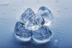 Gefrorene große Eiswürfel in den Tröpfchen des Wassers Lizenzfreie Stockfotos