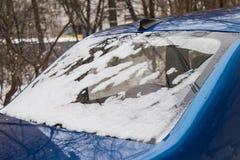 Gefrorene Heckscheibe des Autos, bedeckt mit Eis und Schnee an einem Wintertag lizenzfreie stockbilder