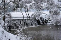 Gefrorene Kaskade in der französischen Landschaft während der Weihnachtsjahreszeit/-winters stockbild