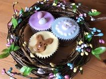 Gefrorene kleine Kuchen in einem handgemachten Ostern-Kranz stockfotos