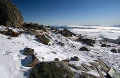 Gefrorene Landschaft mit Felsen Stockfotos