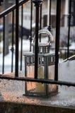 Gefrorene Laterne für Kerze hinter Metalleingangsterrassegeländern Stockbild