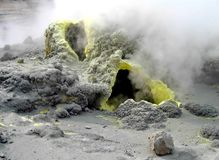 Gefrorene Lava des Vulkans Der Dampf von den Geysiren Tal der Geysire Kronotsky-Zustands-Naturreservat Halbinsel Kamtschatka stockbilder