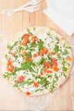 Gefrorene Pizza auf hölzernem Brett Stockfotos